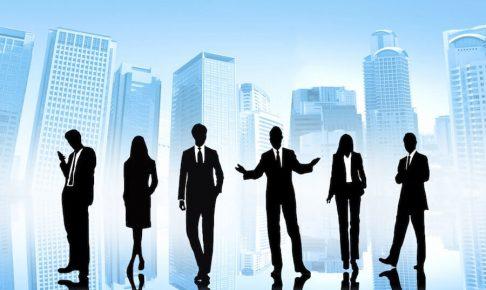 男女のビジネスマンの影6つ