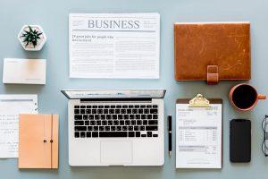 パソコンとビジネス新聞