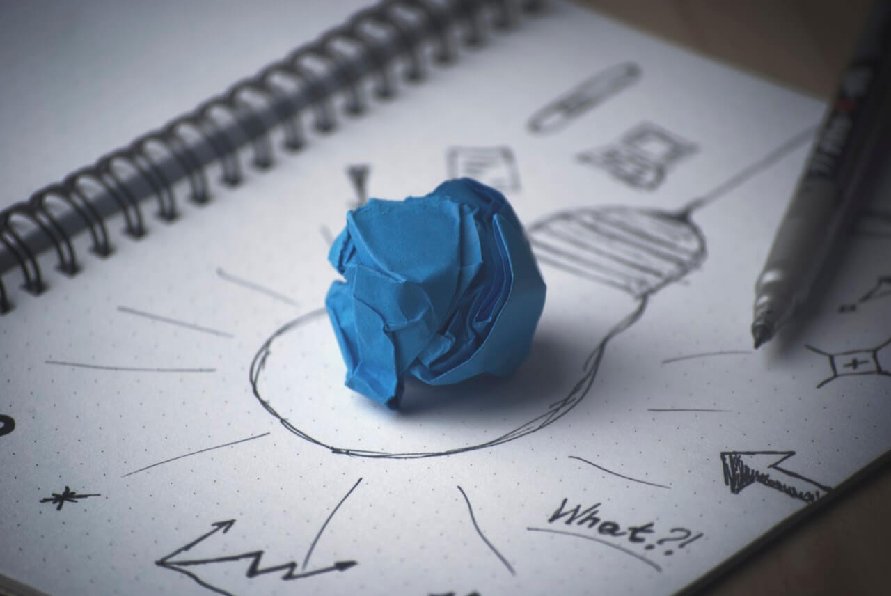 電球の絵と青い紙くず