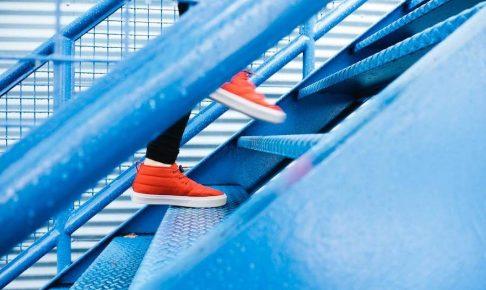 カジュアルな靴と階段