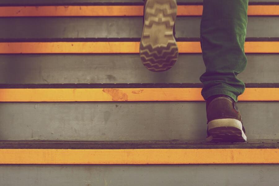 階段を上がる男性の靴