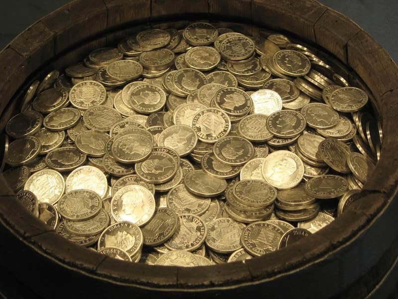 壺にたまったコイン