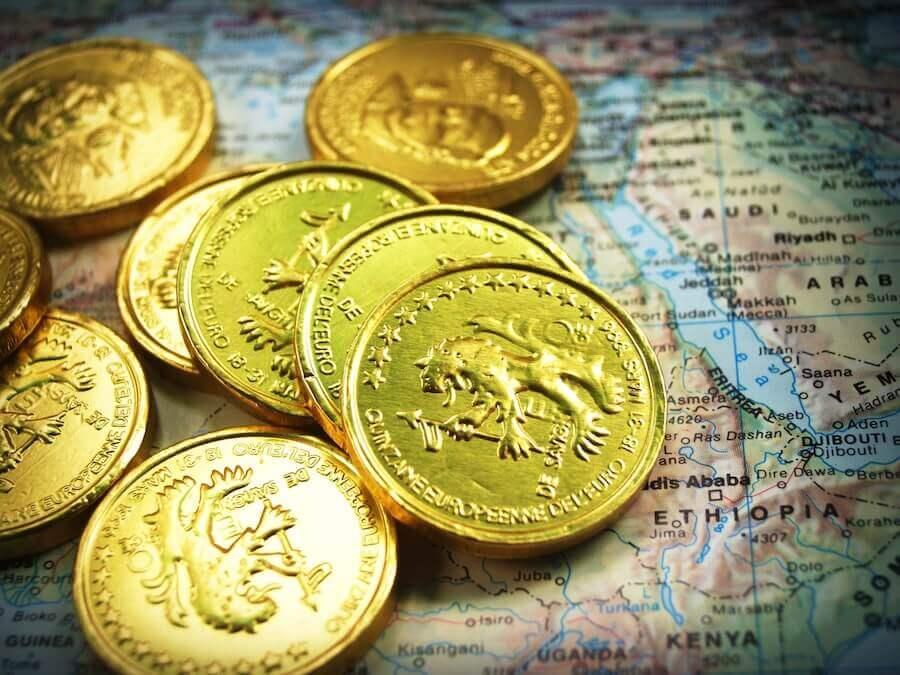 世界地図の上のコイン