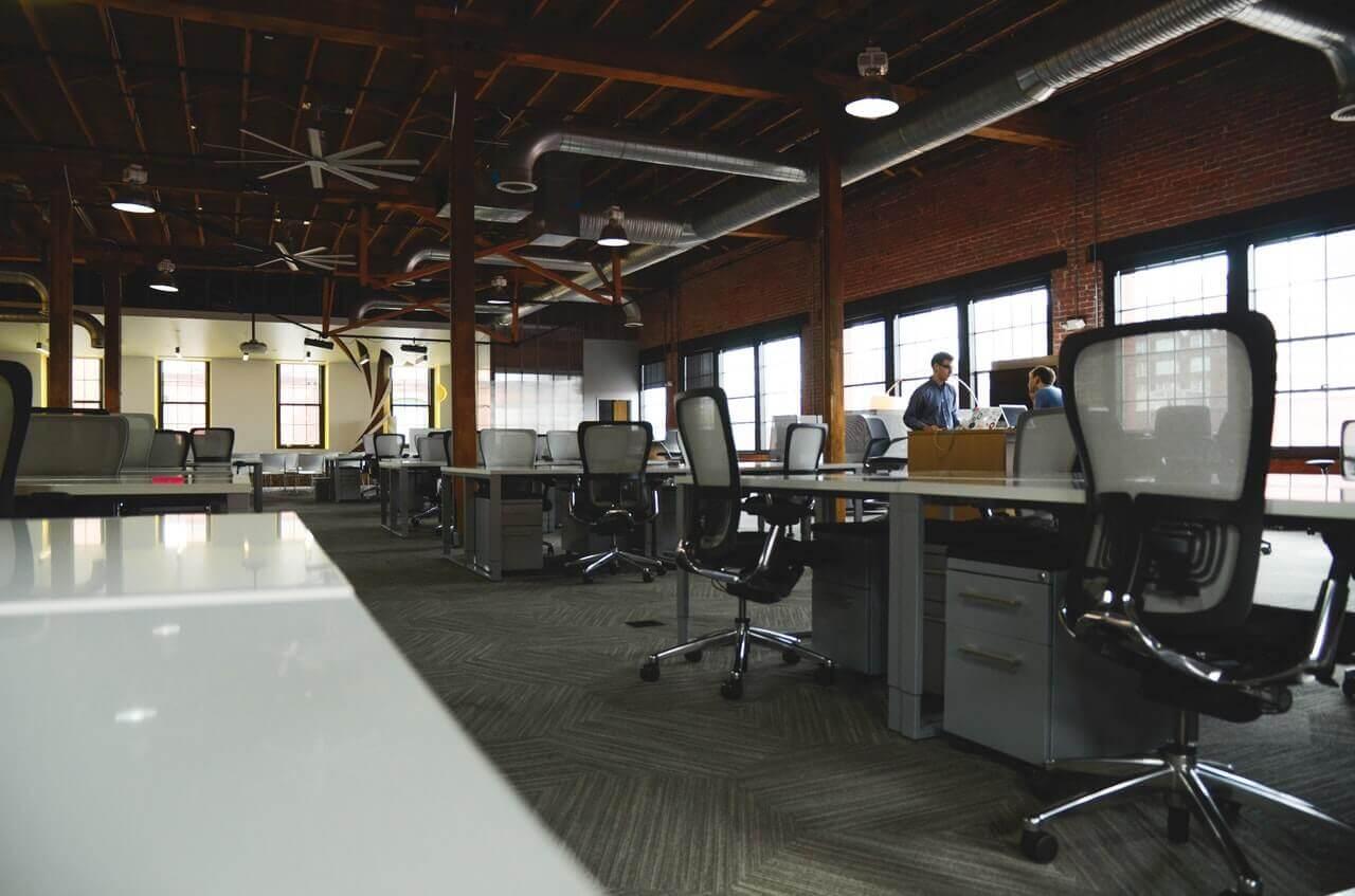 暗いオフィス