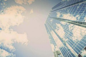 空と高層ビル