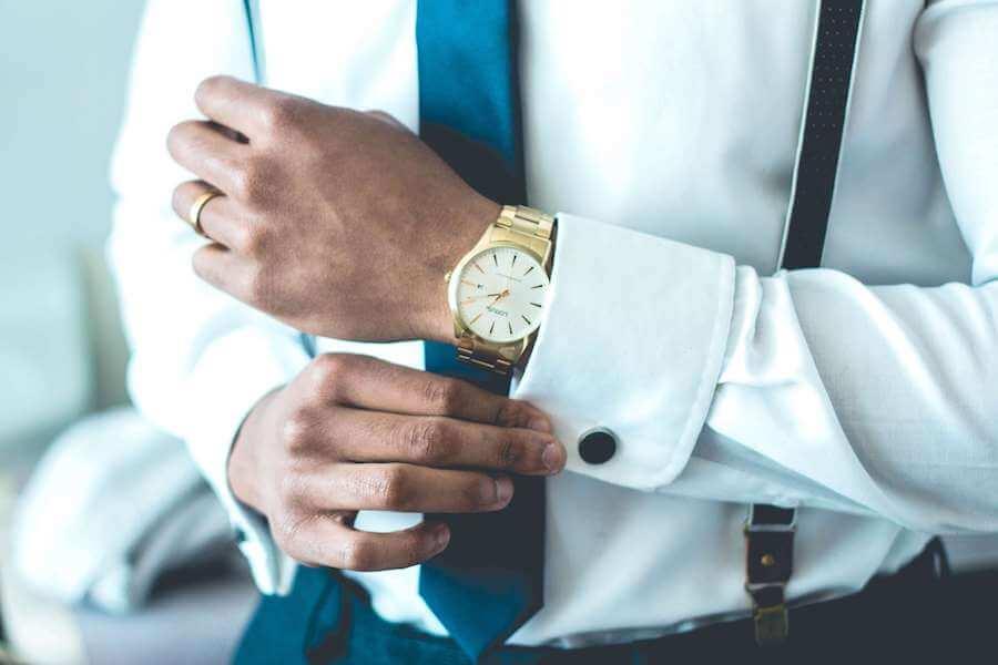 スーツの男性と金の時計