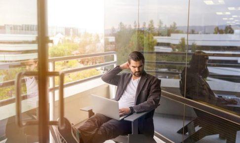 椅子に座って悩んでいるビジネスマン