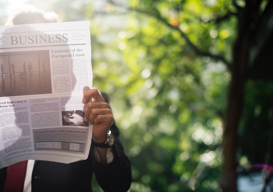 ビジネスニュースを読む男性