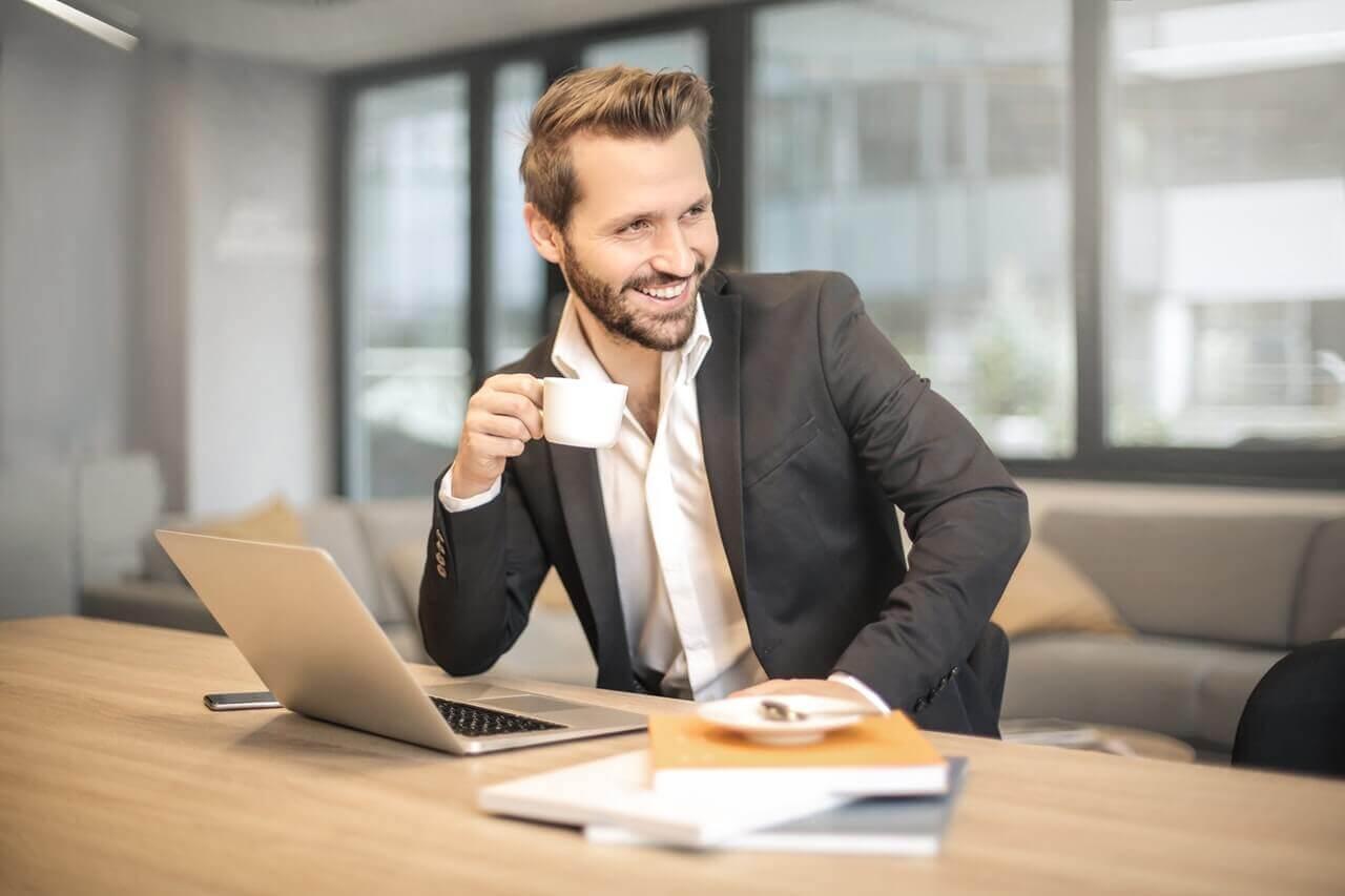 笑顔でコーヒーを飲む男性