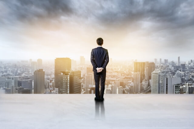 都会を見下ろすビジネスマン