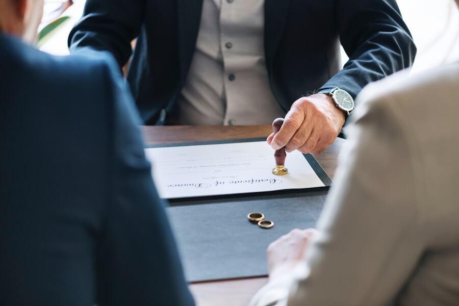 契約書に押印するビジネスマン
