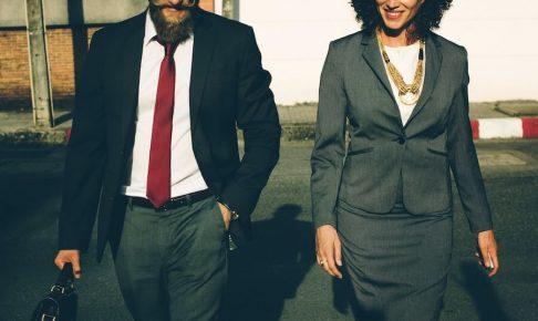 おしゃれなスーツの2人の男女
