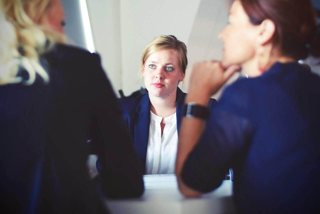 転職の面接に臨む女性