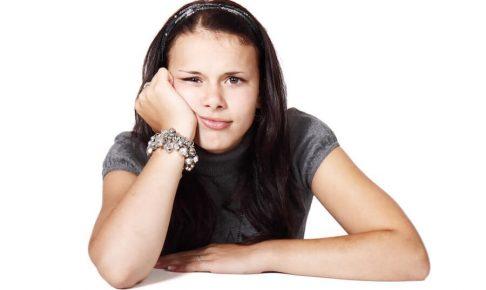 不機嫌な顔をする女性