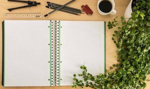 机上の書類とペン