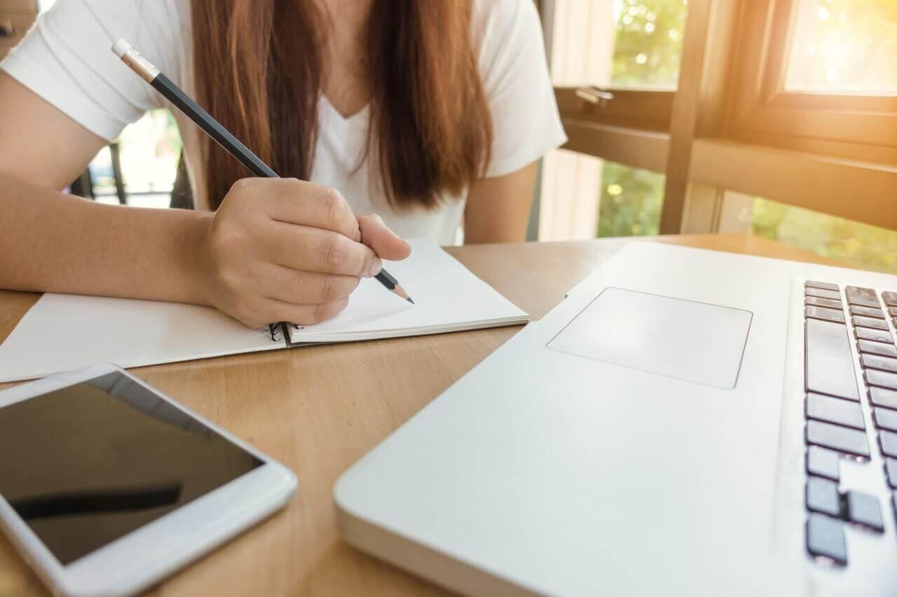 応募書類を作る女性
