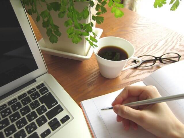 PCとメモとコーヒー