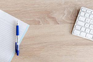 机とペンと電卓