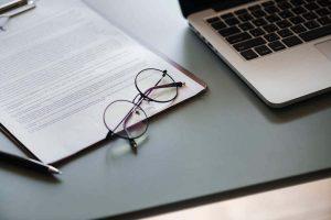PCと眼鏡と書類