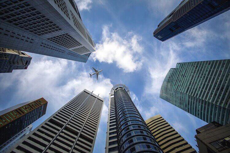 高層ビル群と青い空
