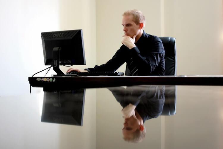 PCの前で考える男性