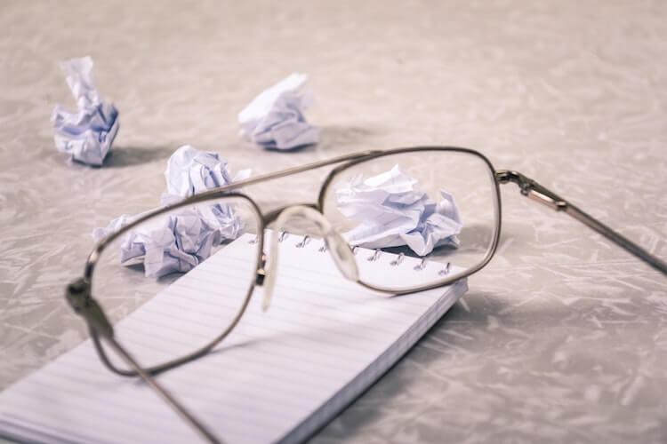 くしゃくしゃの紙とメガネ